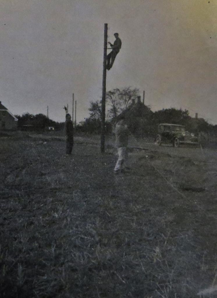 Opsætning af elmaster til andelselektricitetsværket på Jedsted Mølle