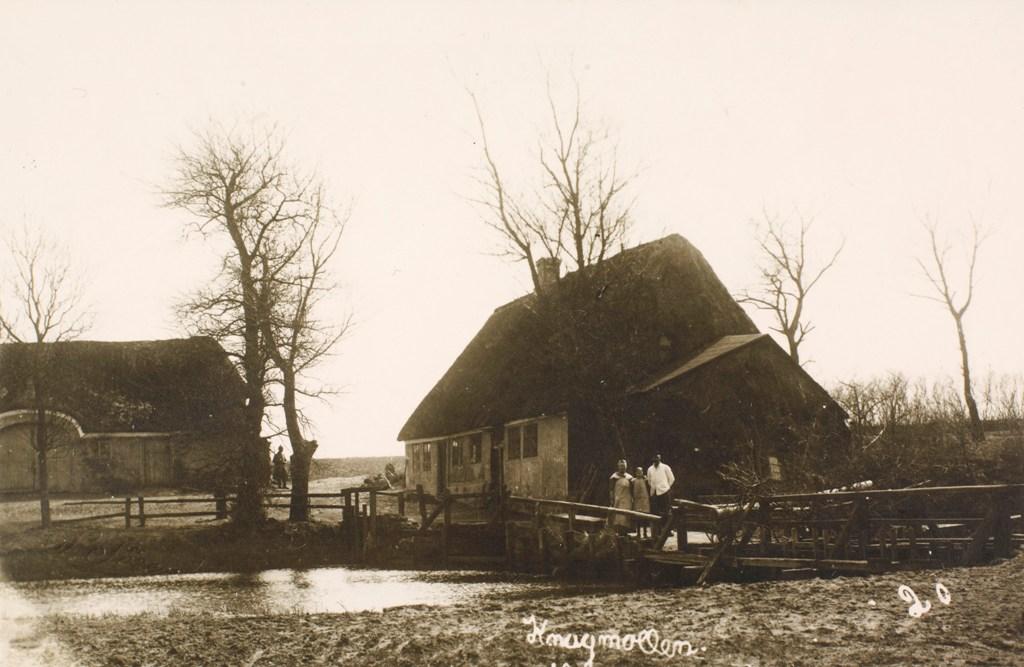 Knag Mølle, 1917. Broen var ejet af møllen og passerende skulle betale bropenge til mølleren. Foto: Det Kongelige Bibliotek